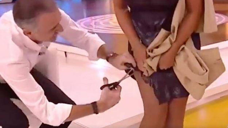 Juan y Medio le recorta el vestido a su compañera en directo.