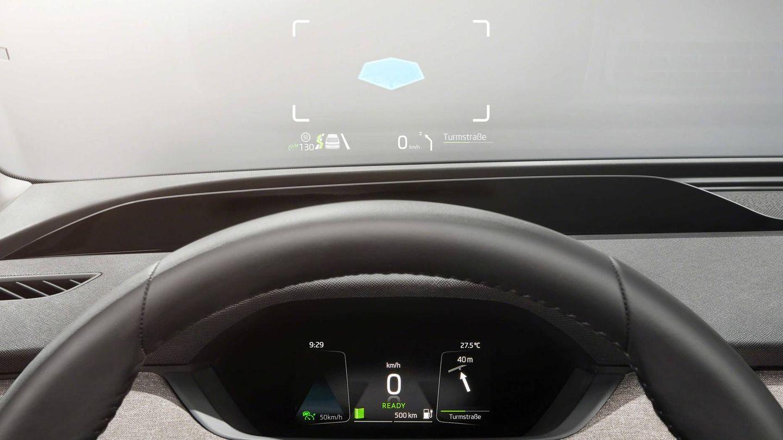 Un cuadro de instrumentos digital pequeño y una gran pantalla central en el Skoda eléctrico.