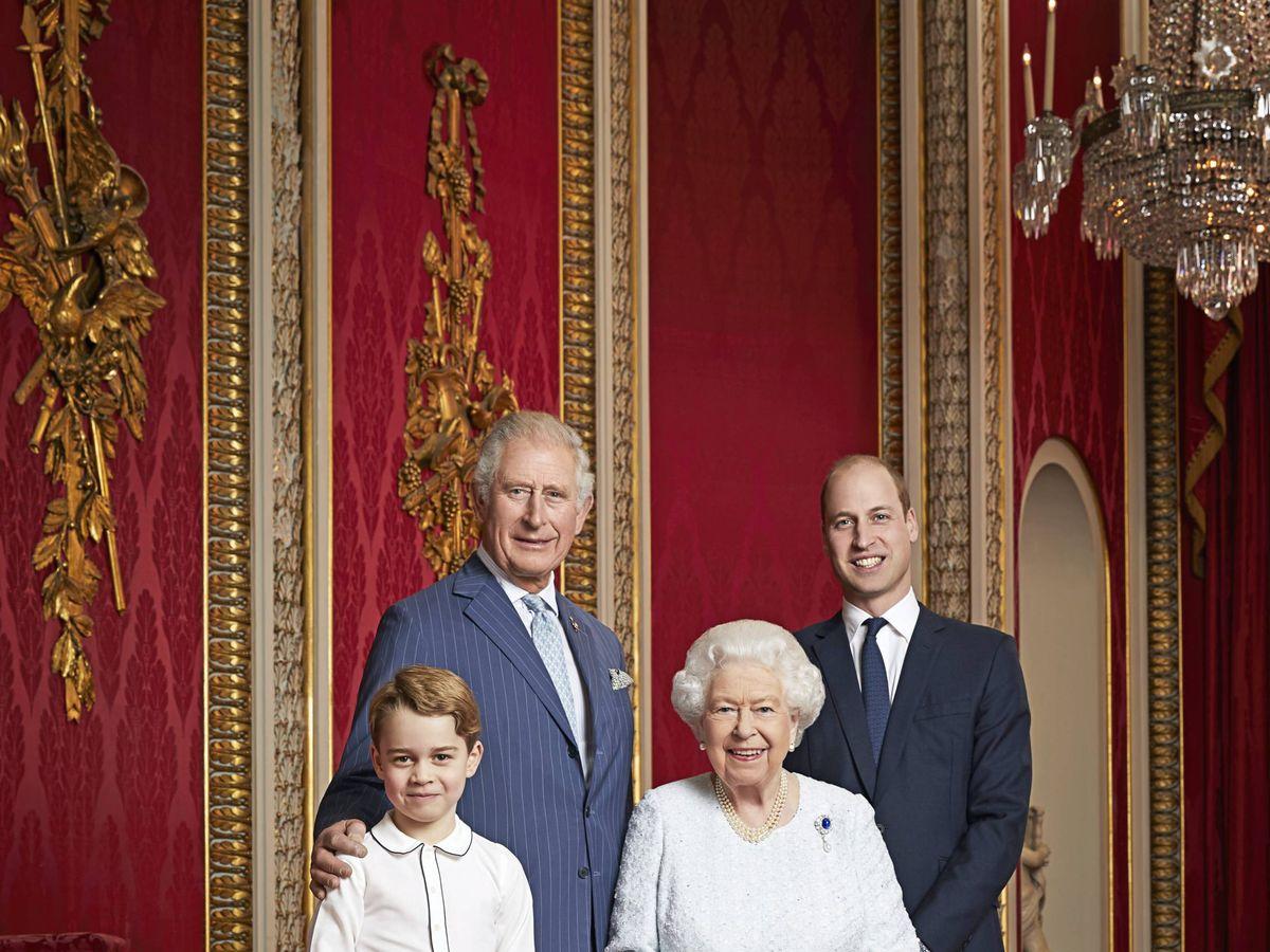 Foto: Isabel II, junto a su hijo, nieto y bisnieto. (CASA REAL)