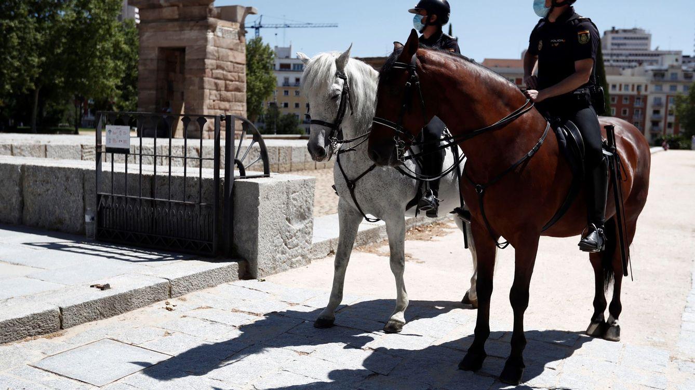 Foto:  La Policía Nacional a caballo patrulla por las inmediaciones del templo de Debod de Madrid (EFE)
