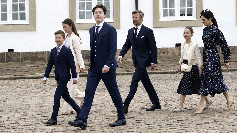 Christian de Dinamarca acompañado de sus padres y hermanos en el día de su confirmación. (EFE)