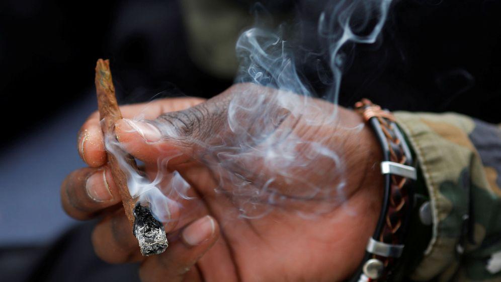 Foto: Un hombre fumando un cigarrillo de marihuana. (Reuters)