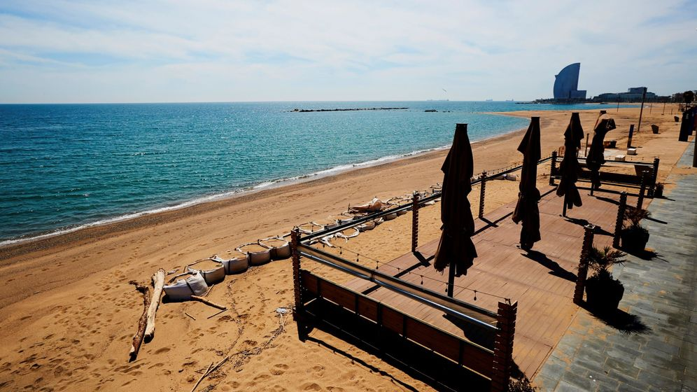 Foto: La playa de la Barceloneta, desierta por el coronavirus. (EFE)