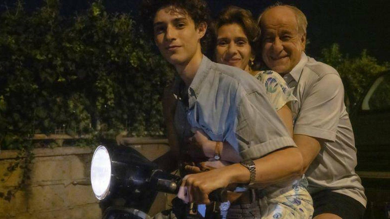 Filippo Scotti, Toni Servillo y Teresa Saponangelo. (Netflix)