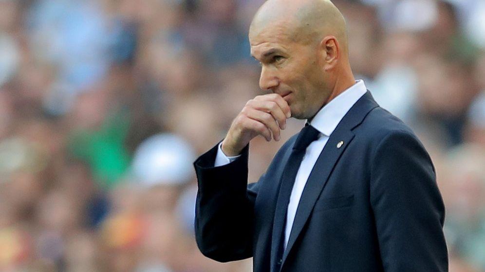 Foto: Zinédine Zidane, con gesto pensativo, durante el partido del Real Madrid contra el Valladolid. (EFE)