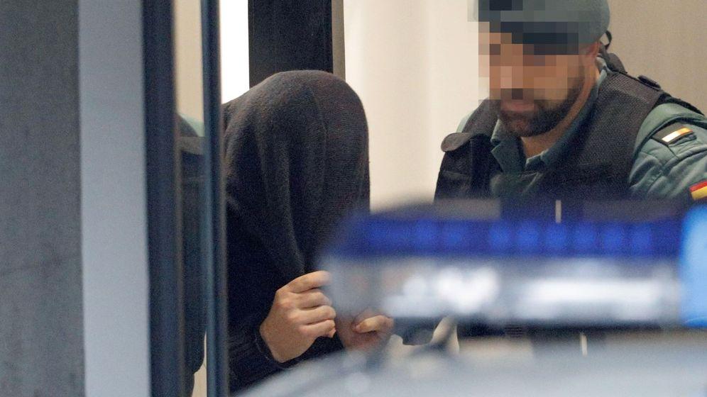 Foto: José Enrique Abuín Gey, alias 'el Chicle', trasladado por agentes de la Guardia Civil antes de comparecer ante el juez este 1 de enero. (EFE)