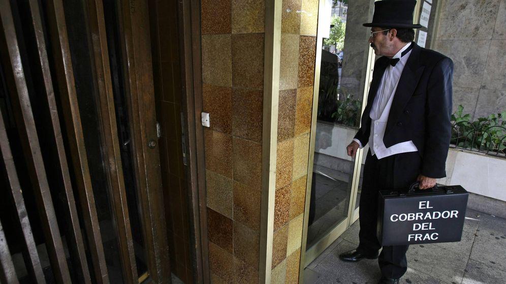 Foto: Un agente, en la puerta de un edificio en 2008. (Reuters/Juan Medina)