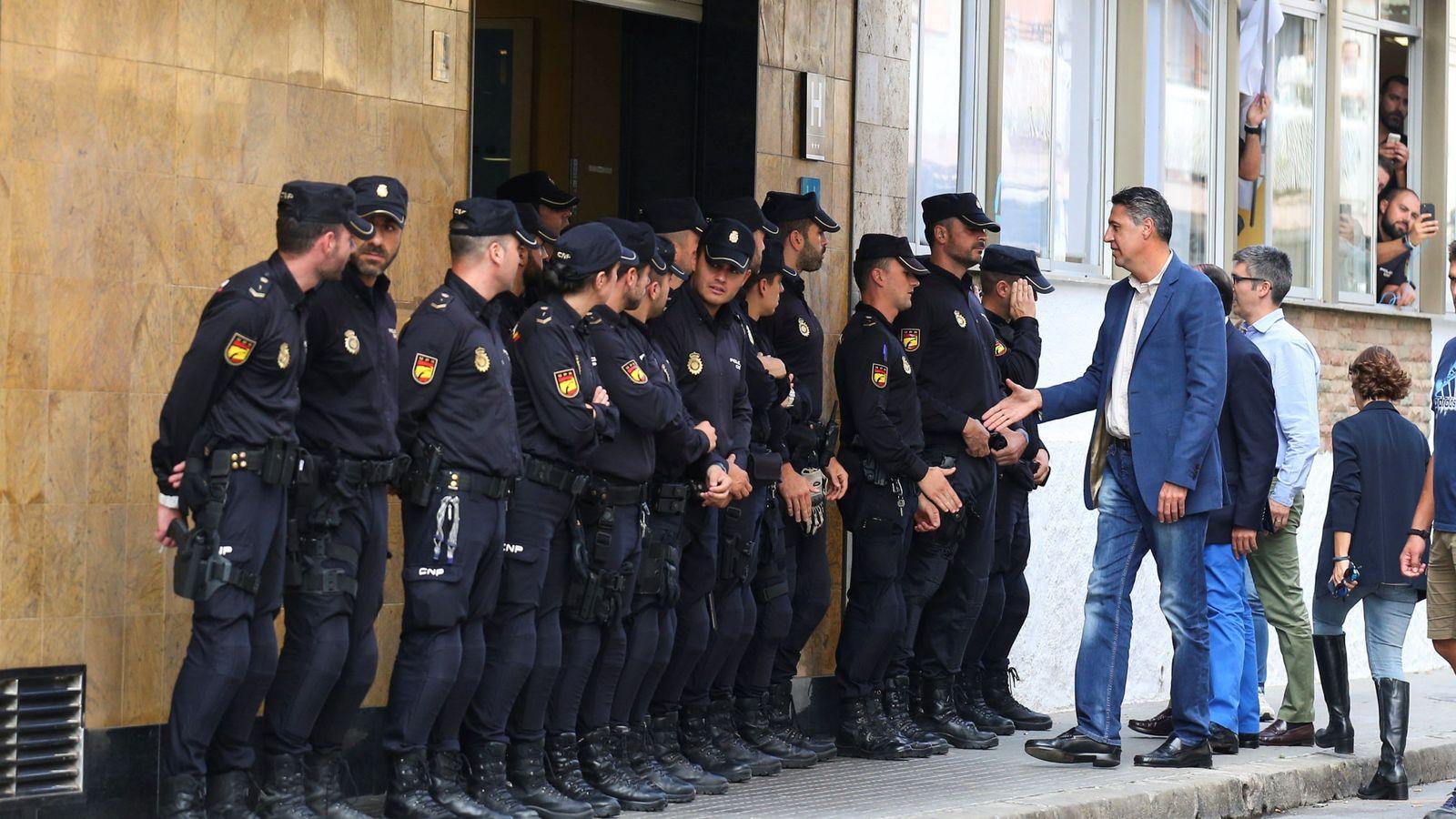 Foto: García Albiol saluda a los policías en Pineda de Mar. (Reuters)
