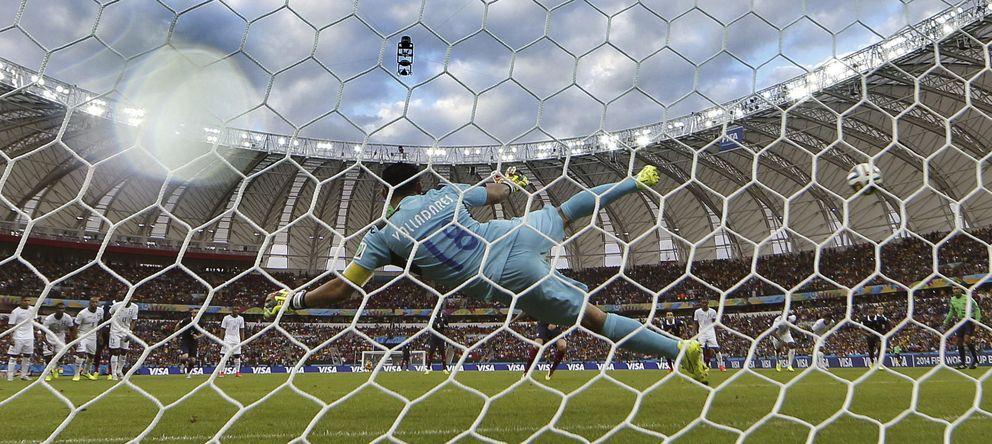Foto: Noel Valladares no logra alcanzar el balón de Karim Benzema en el Francia-Honduras. (Efe/Jorge Zapata)
