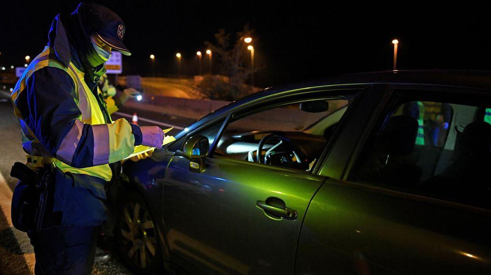 Foto: El hombre quitó, en dos ocasiones, el cepo que la Guardia Civil había puesto a su coche (EFE/Victor Lerena)
