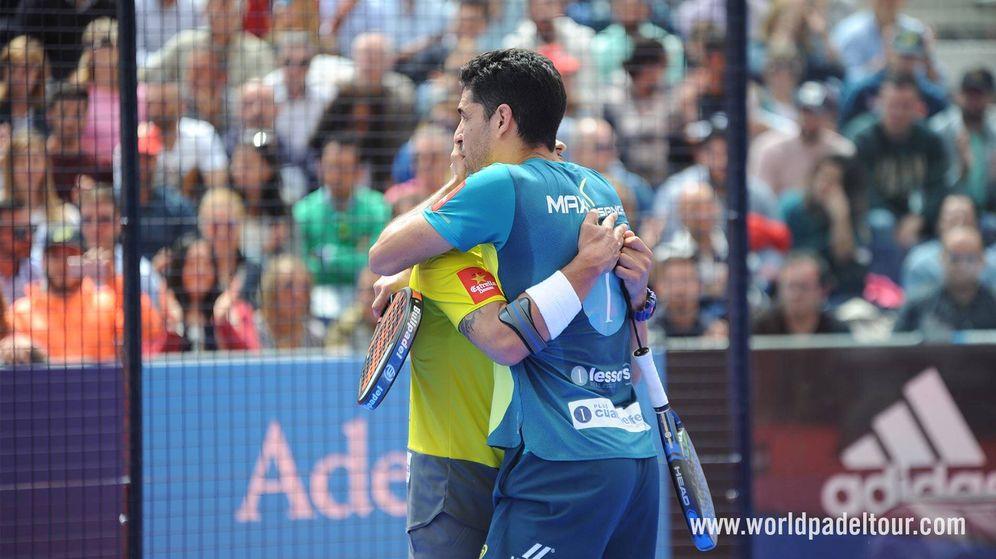 Foto: Sanyo Gutiérrez y Maxi Sánchez se abrazan tras ganar el Jaén Open de pádel. (World Padel Tour)