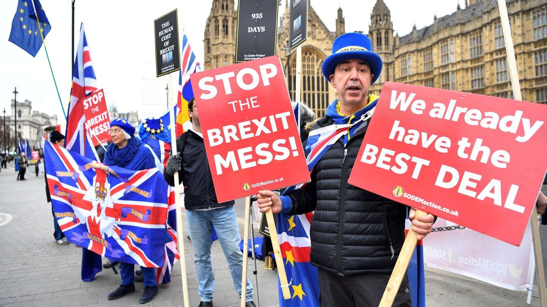 Manifestantes protestan contra el Brexit frente al Parlamento británico en Londres. (EFE)