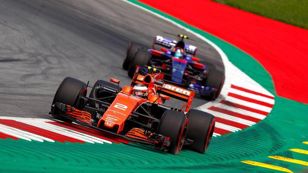 Foto: El McLaren de Vandoorne siendo perseguido por el Toro Rosso de Carlos Sainz. (Imago)