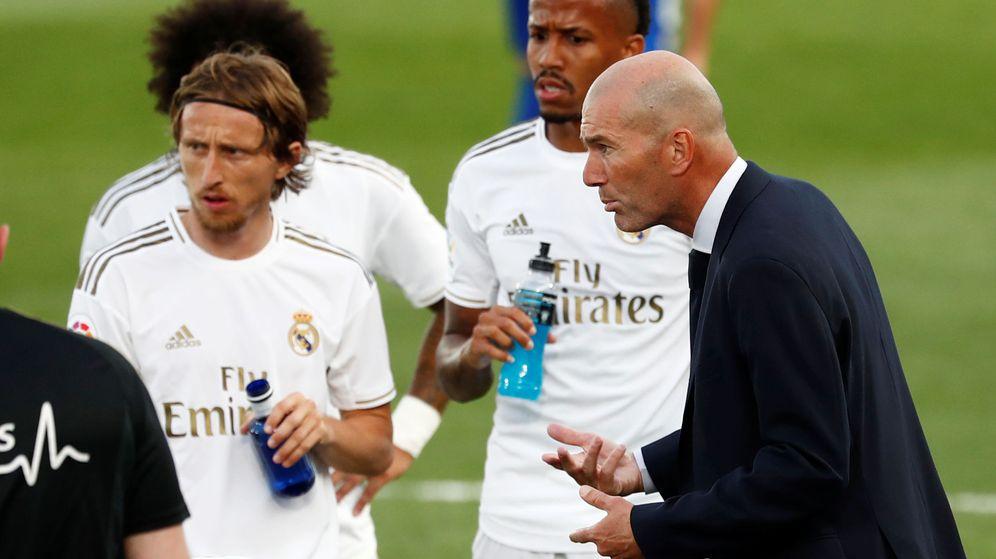 Foto: Zidane da instrucciones a los jugadores en el partido entre el Real Madrid y el Eibar. (Efe)