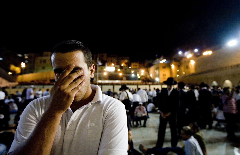 Un israelí reza en el Muro de las Lamentaciones, en Jerusalén, durante el Tisha B'Av (Reuters).