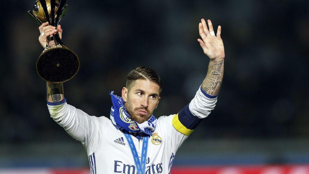 Foto: Sergio Ramos, con el trofeo de campeón del Mundial de Clubes. (REUTERS)