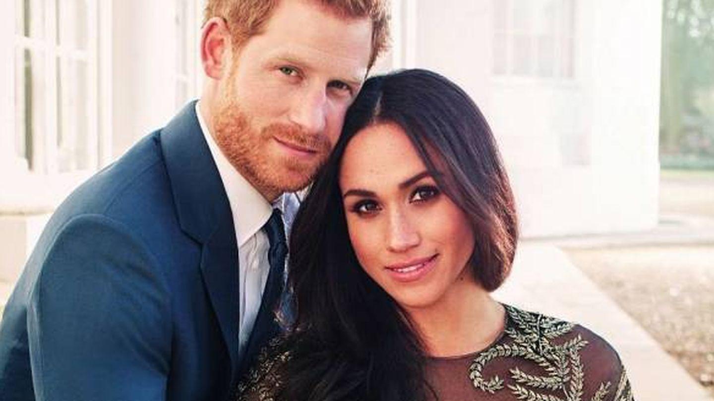 Meghan Markle y el príncipe Harry en una imagen oficial para anunciar su boda.