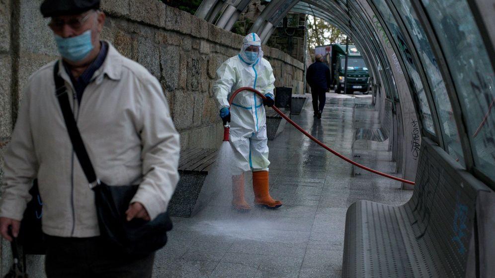 Foto: Un operario municipal realiza labores de desinfección en una calle de Orense este martes. (EFE)