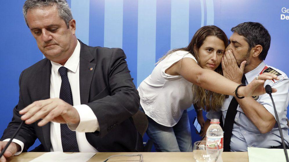 Foto: El 'exconseller' de Interior, Joaquim Forn (i), junto al mayor de los Mossos d'Esquadra, Josep Lluís Trapero (d), y la entonces responsable de comunicación de redes sociales de los Mossos, Patricia Plaja (c). (EFE)
