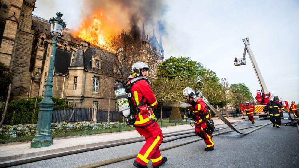 Foto: Los bomberos intentan sofocar las llamas en el exterior de Notre-Dame. (B.Moser@BSPP)