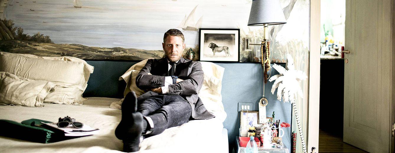 Foto: Lapo Elkann posa para GENTLEMAN en el dormitorio de su dúplex en el centro de Milán. Sobre la cama, gafas de Italia Independent y el reloj Big Bang Unico que la firma ha diseñado para la firma Hublot / MASSIMO SESTINI
