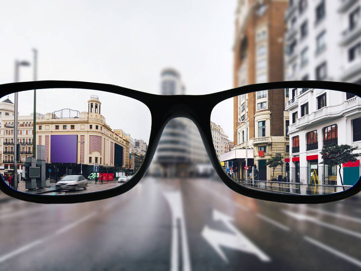 Foto: La Gran Vía de Madrid, vista desde unas gafas. (iStock)