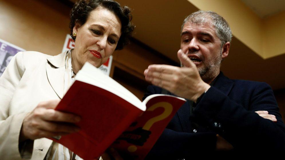 Foto: La ministra de Trabajo, Magdalena Valerio (i), junto al secretario general de CCOO, Unai Sordo (d), durante la presentación de su último libro. (EFE)