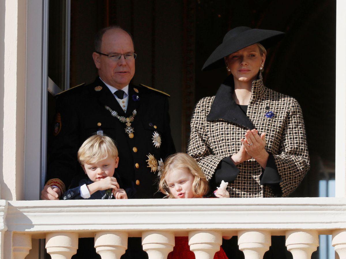 Foto: El príncipe Alberto y la princesa Charlène, con sus hijos. (Reuters)