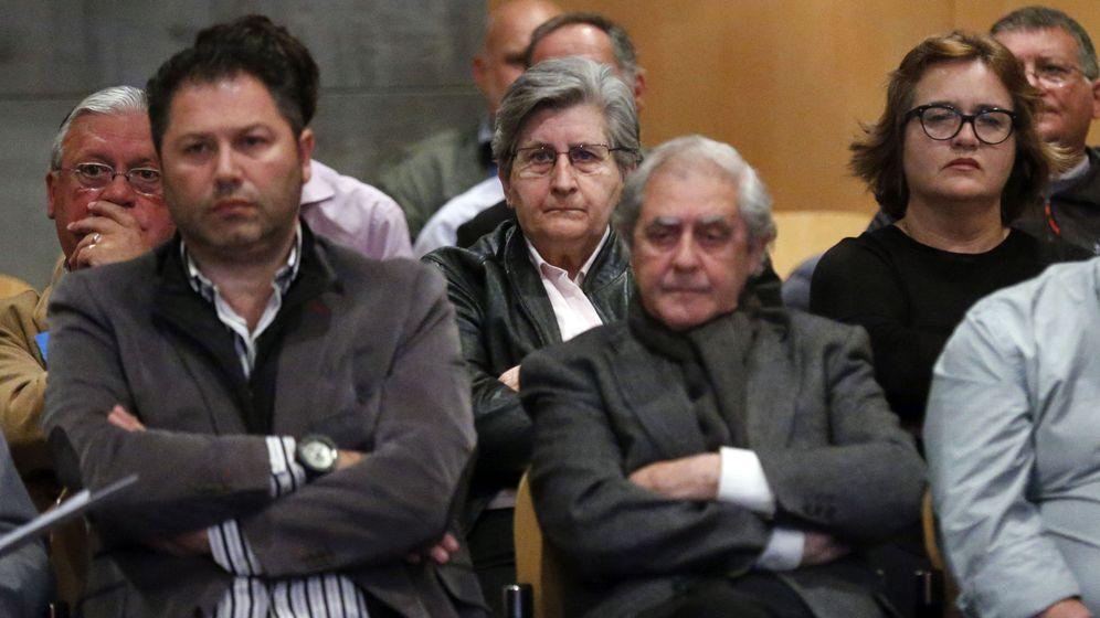 Foto: Los principales involucrados del caso Marea, durante el juicio. En el centro, los dos altos cargos de la Consejería de Educación, María Jesús Otero y José Luis Iglesias Riopedre. (EFE)