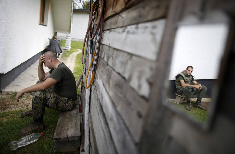 Foto: Efectivos de las Fuerzas Armadas bosnias descansan en una casa rodeada por minas en Visoko (Reuters).