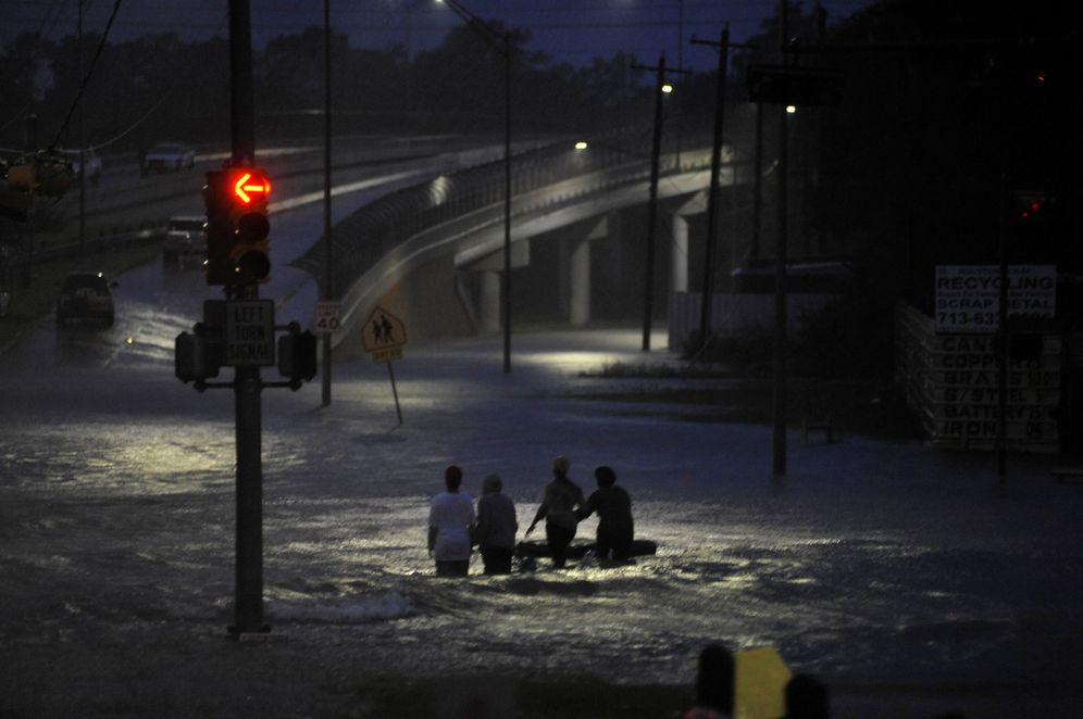 Foto: Varias personas caminan entre las aguas tras las inundaciones en Houston, el 28 de agosto de 2017. (Reuters)