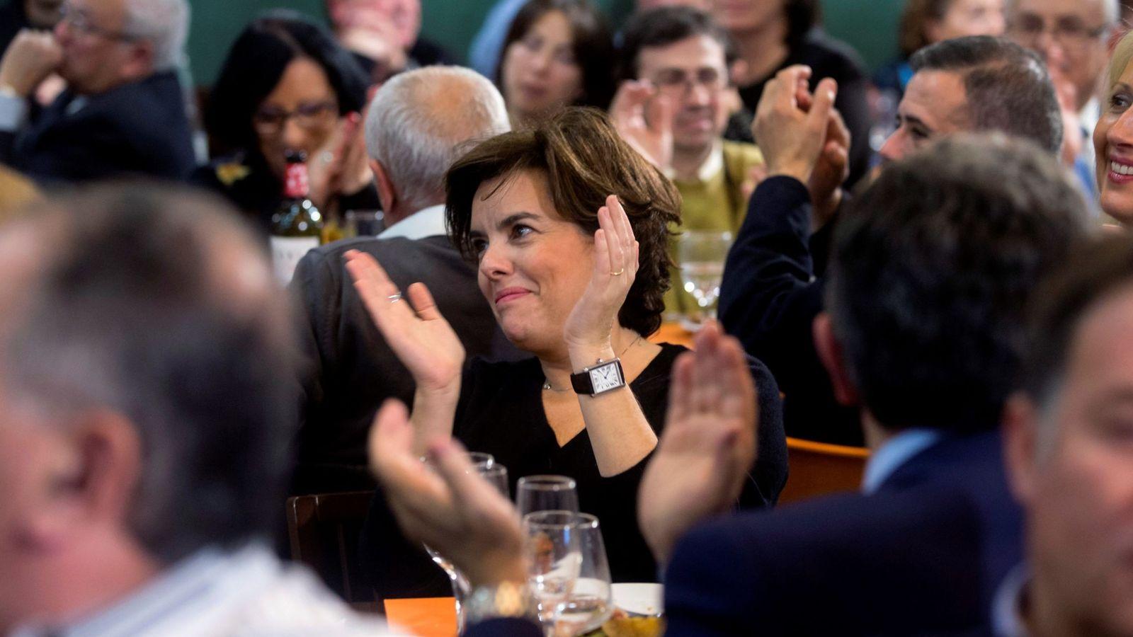 Foto:  La vicepresidenta del Gobierno, Soraya Sáenz de Santamaría (c) en una comida-mitin. (EFE)