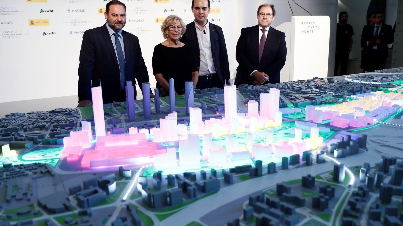 Foto: La exalcaldesa de Madrid Manuela Carmena y el ministro de Fomento en funciones, José Luis Ábalos (i), durante la presentación de la maqueta del proyecto Madrid Nuevo Norte. (EFE)