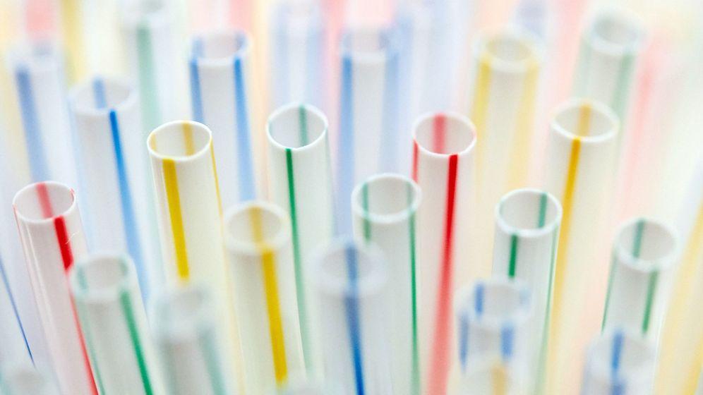 Foto: Ofensiva ecologista de la ce contra pajitas, bastoncillos y vasos de plástico