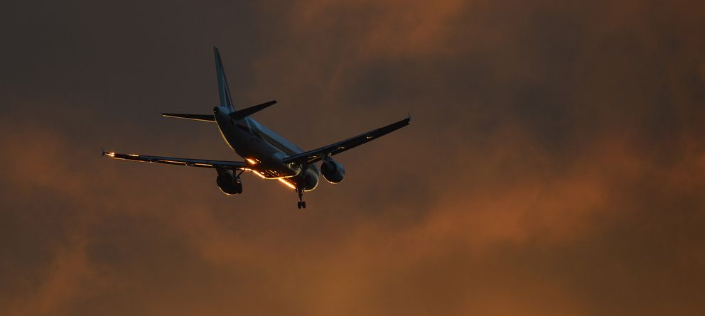 Foto: Un avión de la compañía Alitalia se prepara para aterrizar en el aeropuerto de Heathrow, en Londres, en una imagen de archivo. (Reuters)