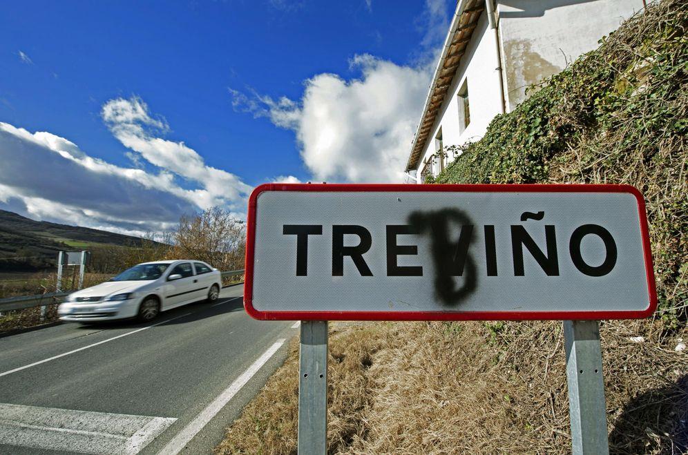 Foto: Un cartel a la entrada del Condado de Treviño que reclama su nombre en euskera con una 'b' pintada. (EFE)