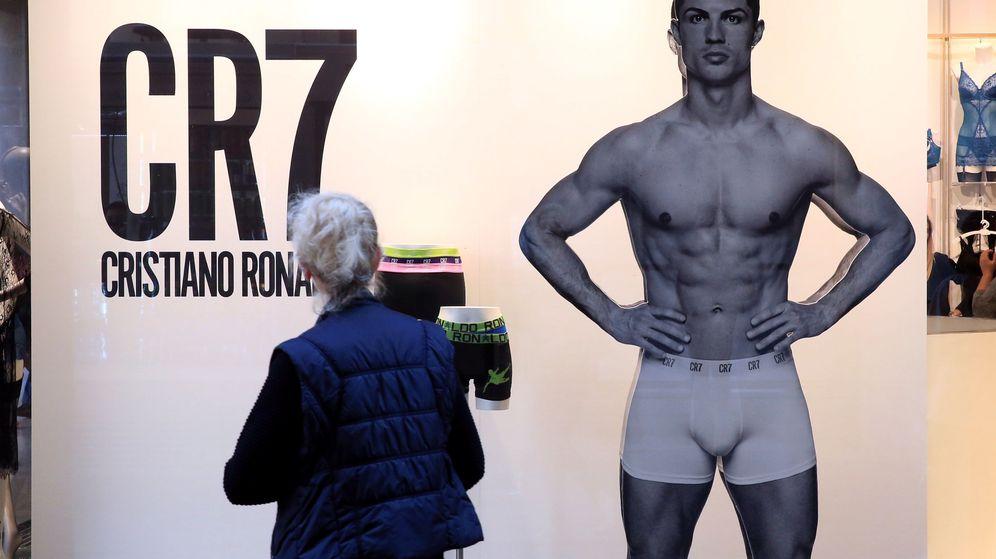 Foto: Una señora observa una publicidad de Cristiano. (Reuters)
