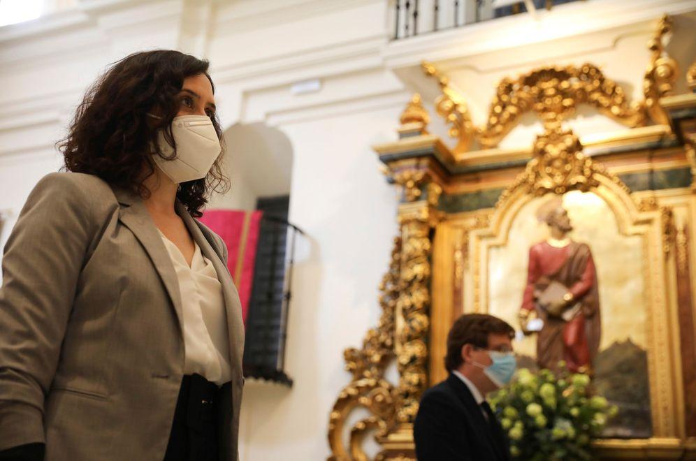 Foto: La presidenta y el alcalde de Madrid, Isabel Díaz Ayuso y José Luis Martínez-Almeida, este 15 de mayo en la ermita de San Isidro. (EFE)