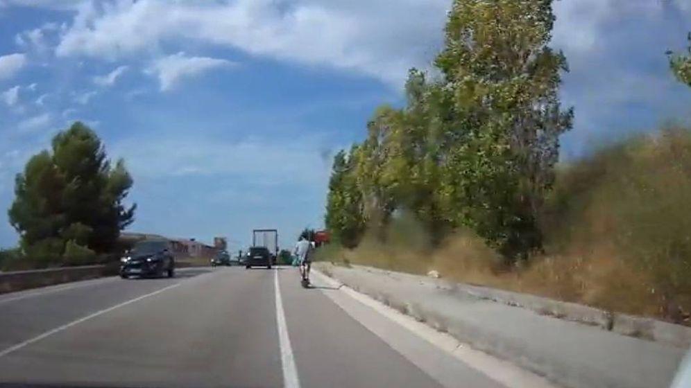 Foto: Una patrulla 'espiell' caza a un usuario con un patinete por una carretera nacional. (CC/Servei Català de Trànsit)
