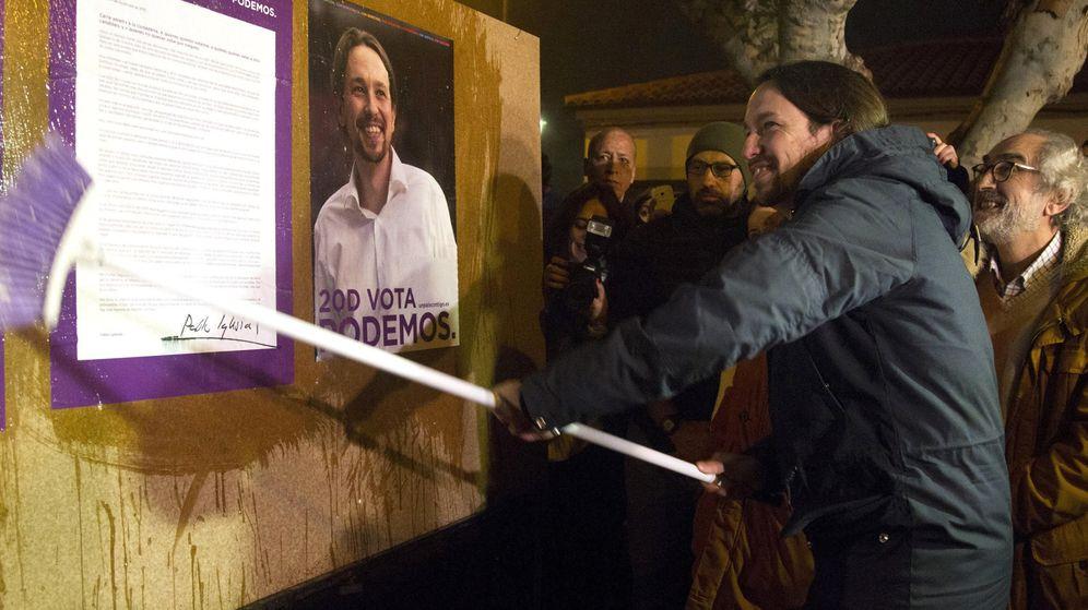 Foto: El secretario general de Podemos, Pablo Iglesias, arranca la campaña electoral del 20D con la tradicional pegada de carteles en un pequeño pueblo de Zamora, Villaralbo. (Efe)