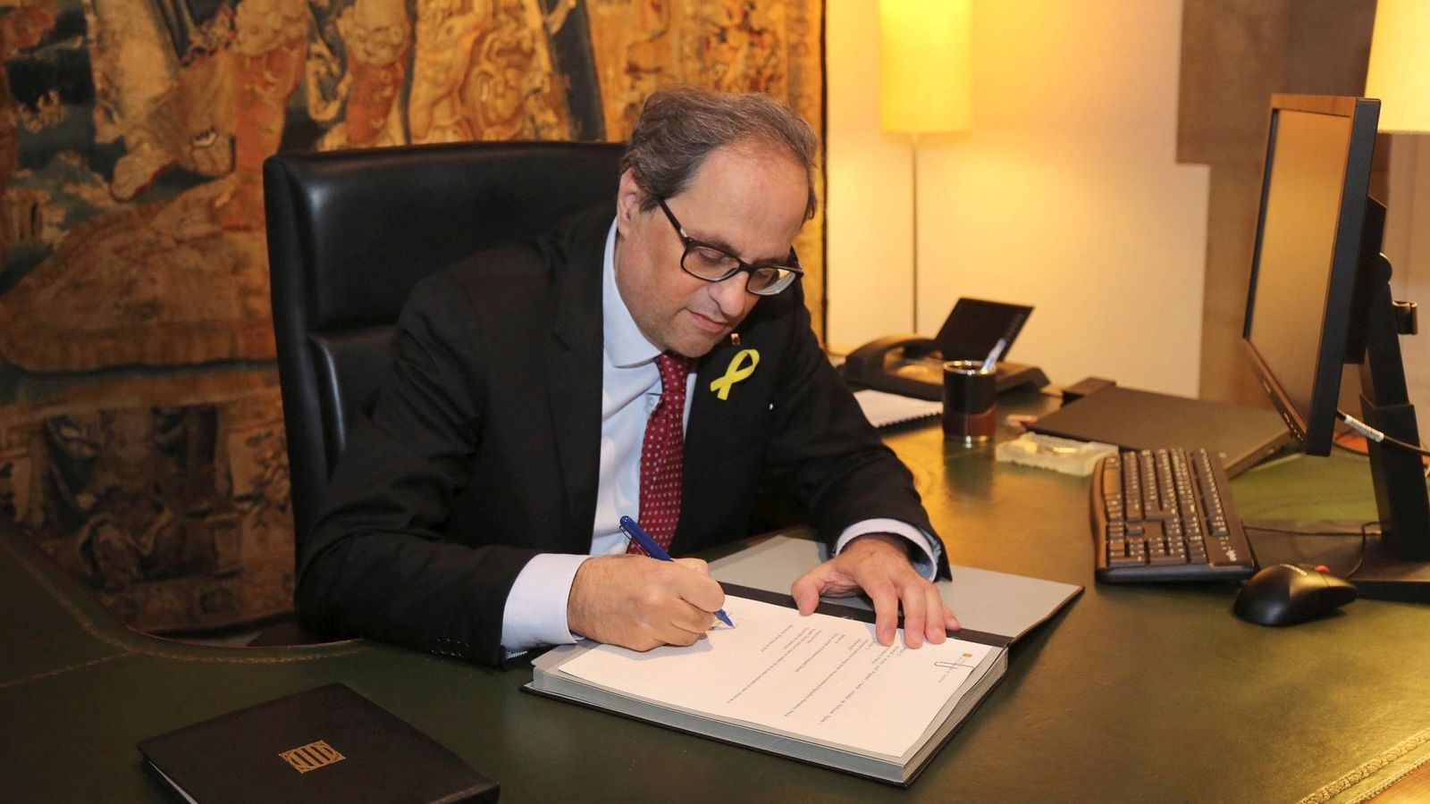Foto: El presidente de la Generalitat, Quim Torra, firmando este martes los nuevos nombramientos. (EFE)