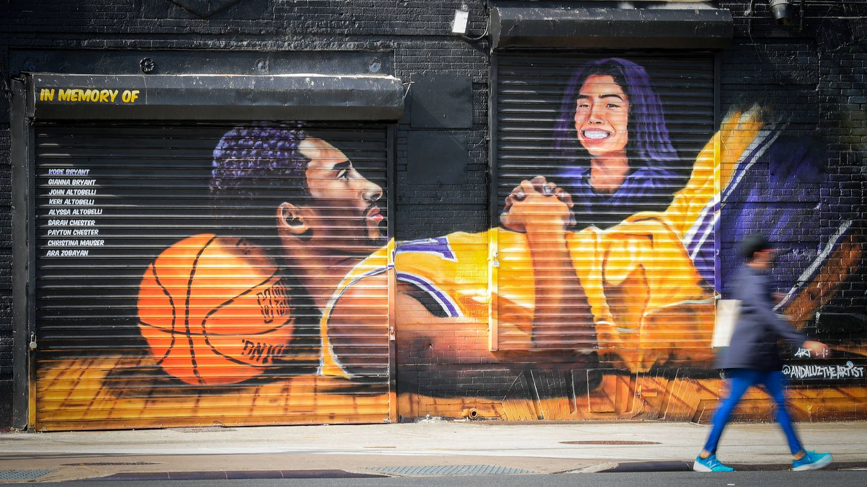Un mural en NY en recuerdo a Kobe y Gianna. (Getty)