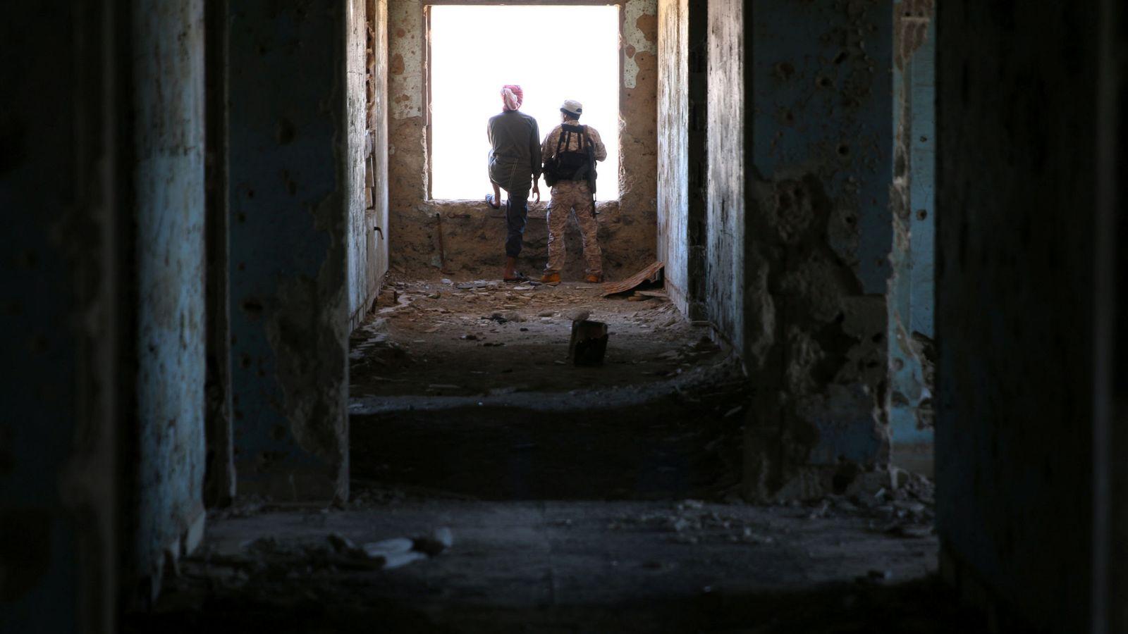 Foto: Rebeldes en un edificio destruido en Quneitra (Siria) un día después del acuerdo entre EEUU y Rusia. (Reuters)