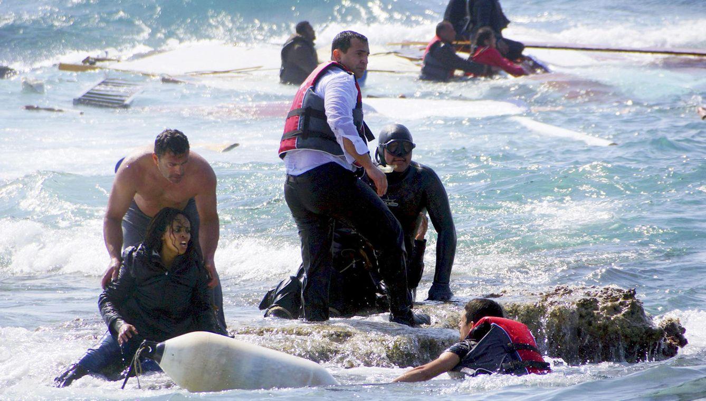 Foto: Varios inmigrantes que viajaban en un velero de madera que transportaba a decenas de ellos, naufragaron el 20 de abril frente a las costas griegas, fueron rescatados por la guardia costera.  REUTERS / Argiris Mantikos