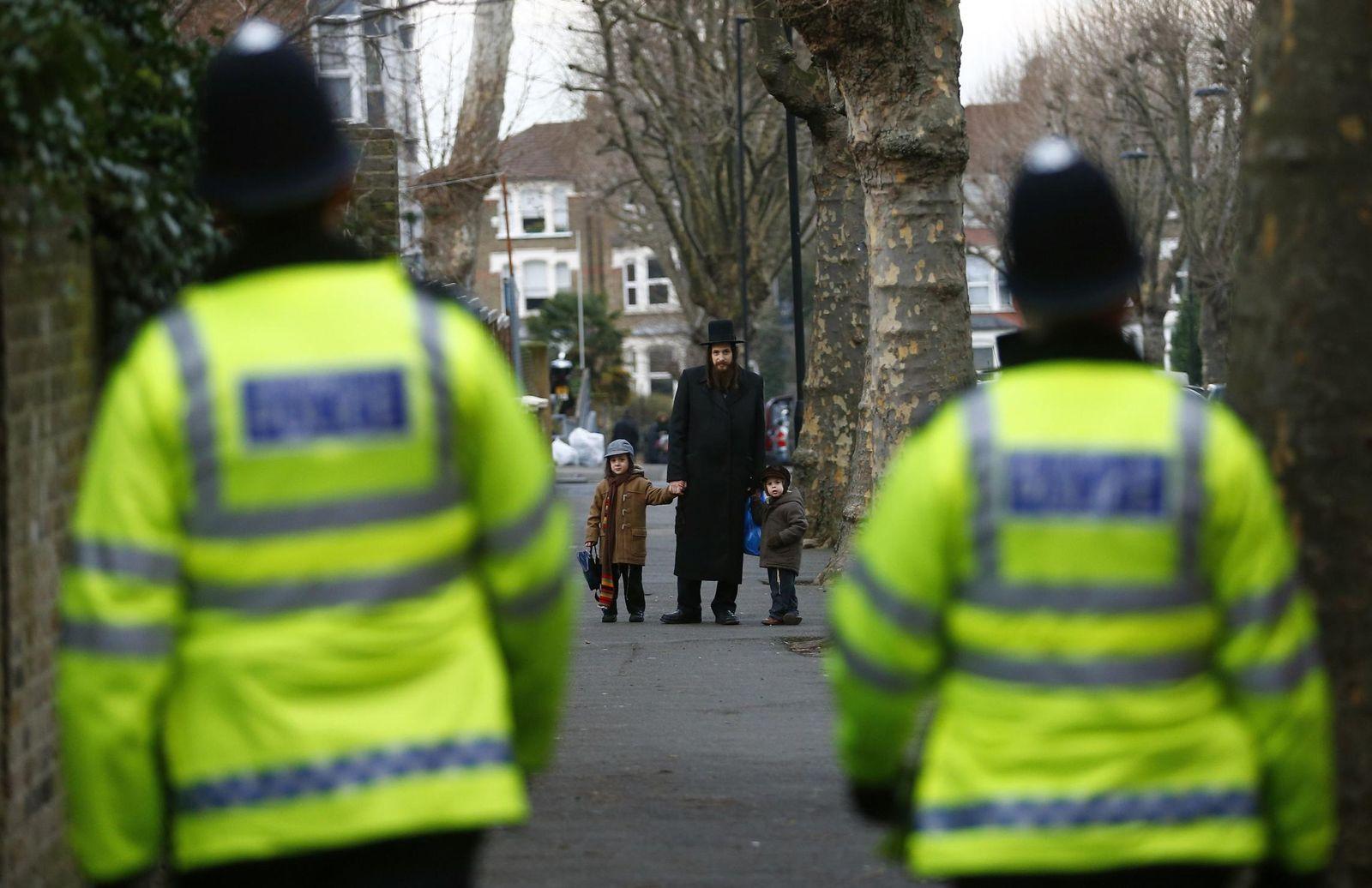 Foto: Un miembro de la comunidad judía recoge a sus hijos del colegio en el norte de Londres, el pasado 20 de enero (Reuters).