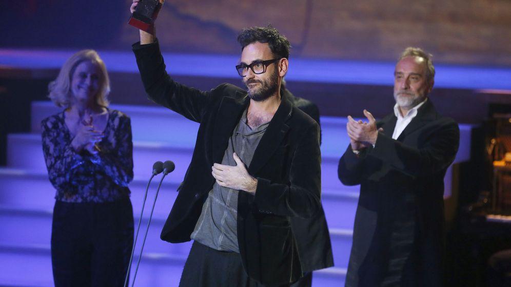 Foto: Pablo Messiez con su Premio Max por 'La piedra oscura' (Efe)
