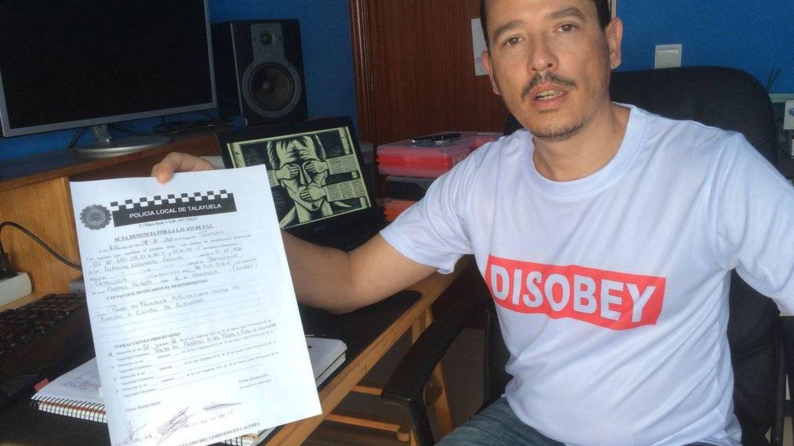 Foto: Alfredo Izquierdo con la multa que le ha puesto la Policía Local.