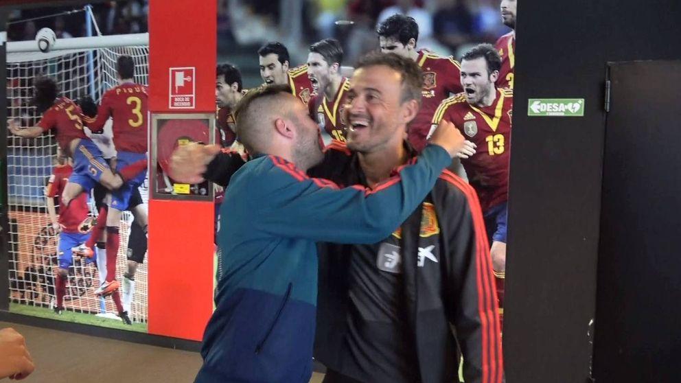 El cariñoso abrazo de Jordi Alba con Luis Enrique (y Sergio Ramos)