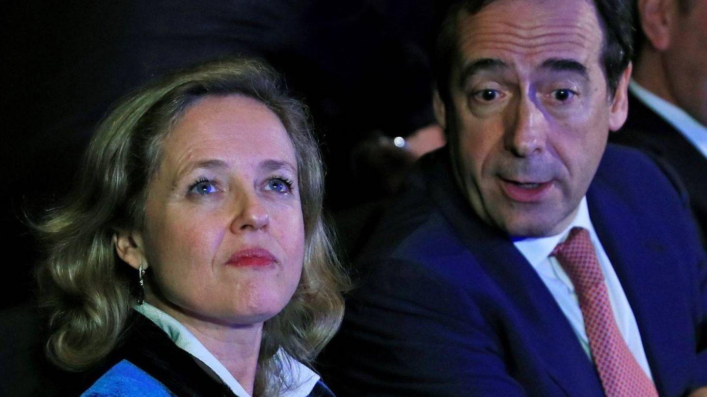 La vicepresidenta del Gobierno Nadia Calviño, junto al consejero delegado de CaixaBank, Gonzalo Gortázar. (EFE)