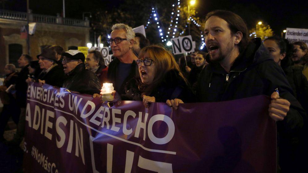 Foto: El líder de Podemos, Pablo Iglesias (d), durante una manifestación contra la pobreza energética. (EFE)